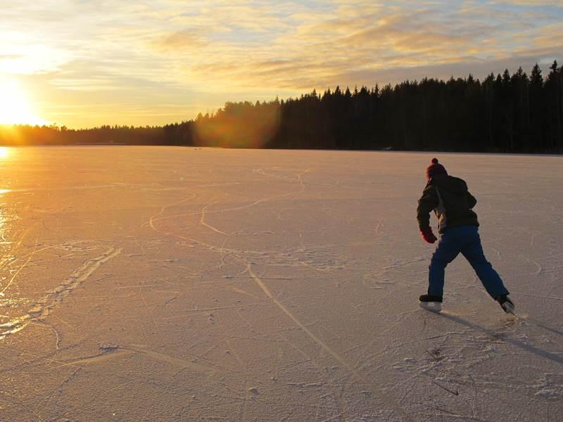 Schlittschuhlaufen im Winterparadies Schwarzwald